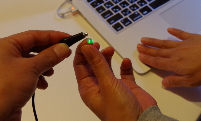 ノートPCに体が触れてLED点灯