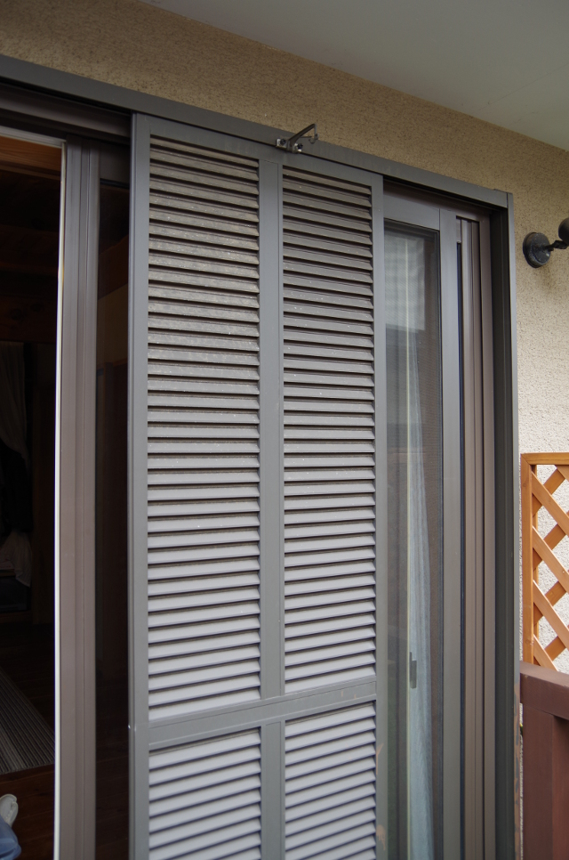 掃出し窓の雨戸