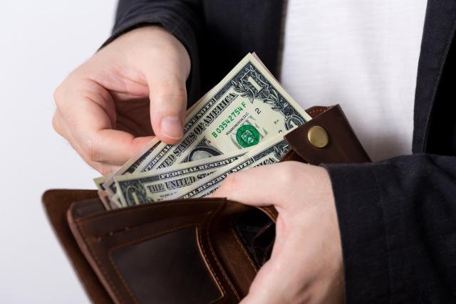 お金を支払うイメージ写真