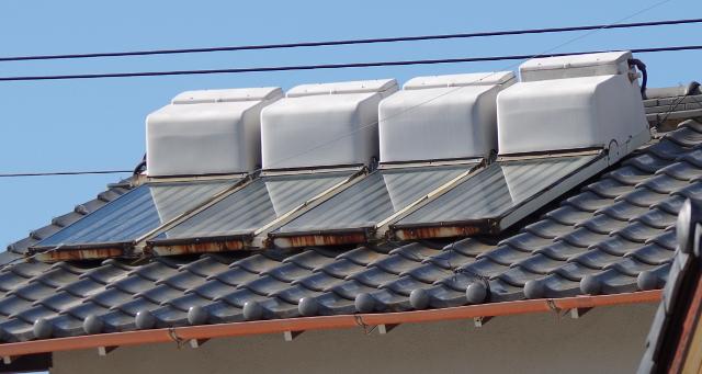 屋根に温水器