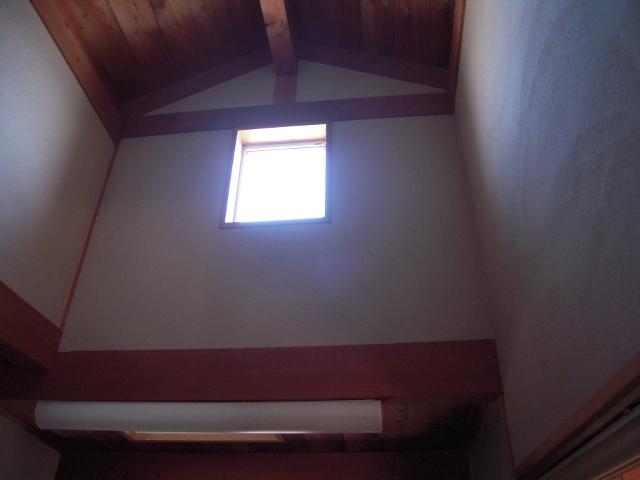 高い位置に取り付けられた窓