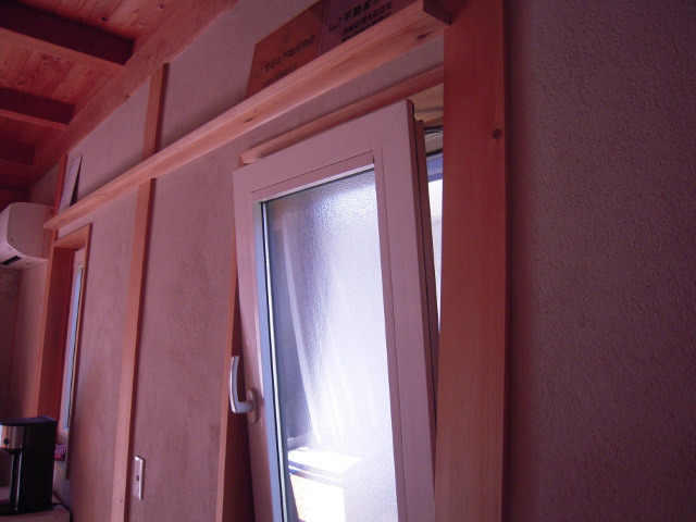 内倒しの窓の例