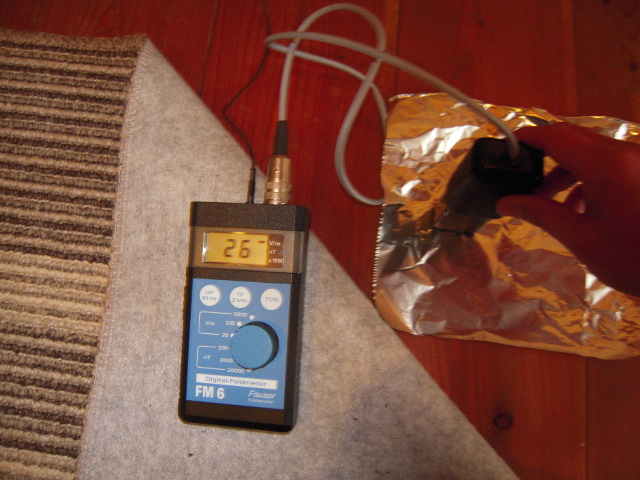 アルミホイル上の床の電場