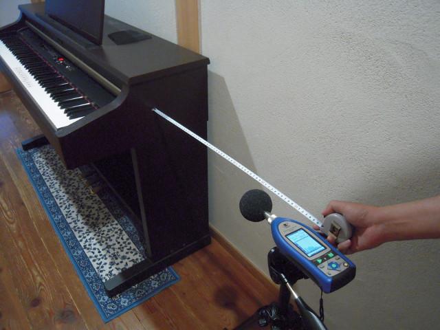 電子ピアノの前で計測
