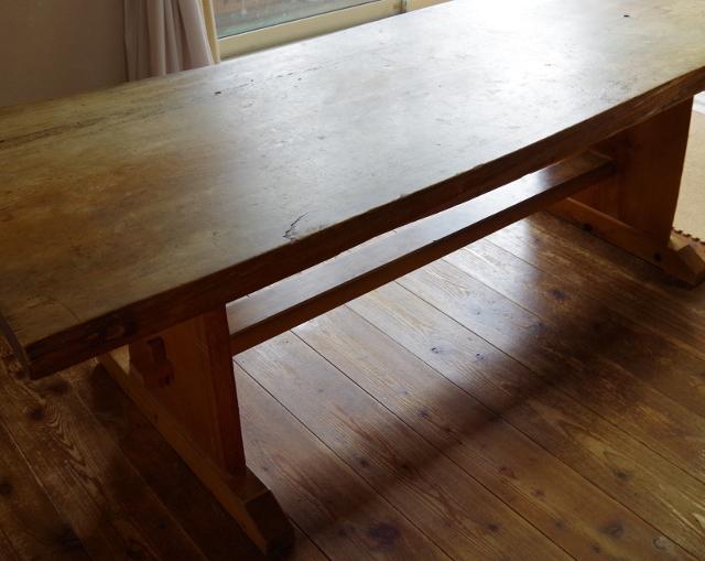 テーブルはムク板で