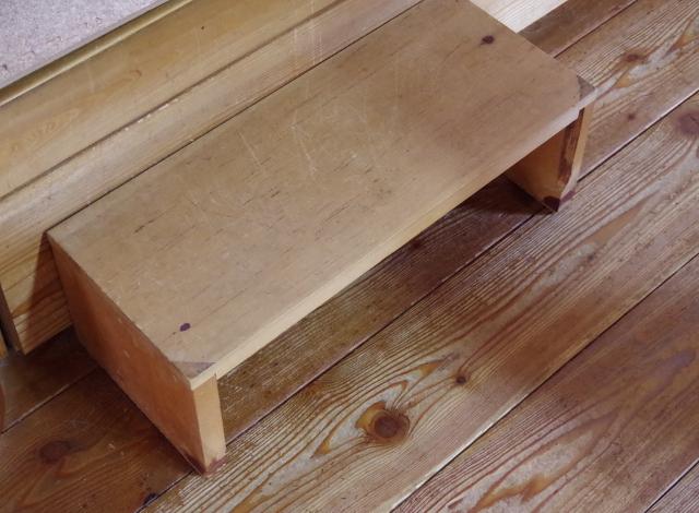 踏み台は木製