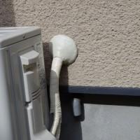 隠ぺい配管で冷媒管とドレン管が分かれている例