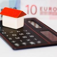 電卓の上に家の模型