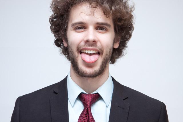 舌を出す人
