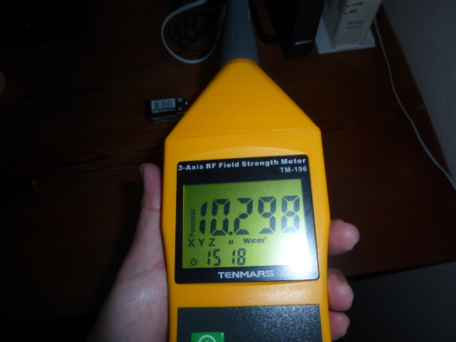 無線LANの機器の前の高周波の電磁波