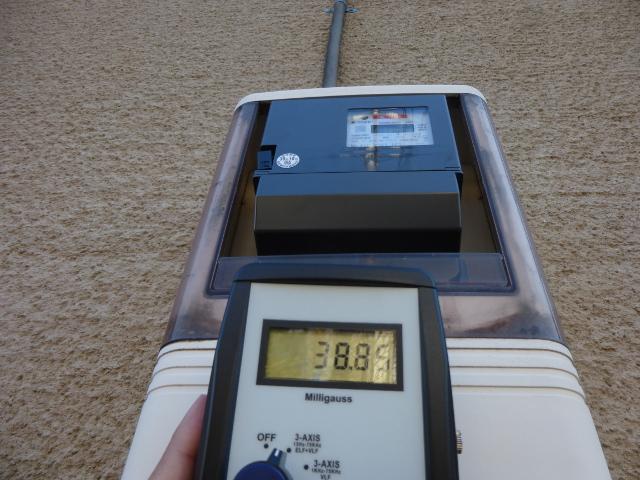 スマートメーターのすぐ前の低周波の電磁波