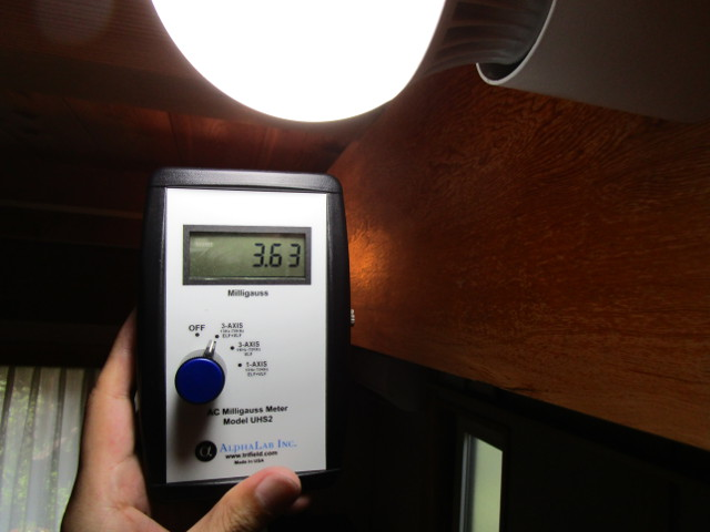 LED電球そばの磁場